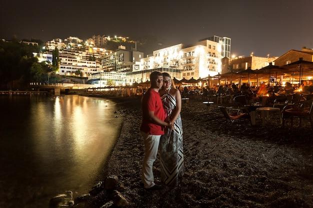 Beau couple romantique étreignant la nuit sur la plage du monténégro