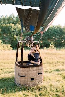 Beau couple romantique en montgolfière jaune chaud