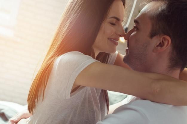 Beau couple romantique préliminaires au lit