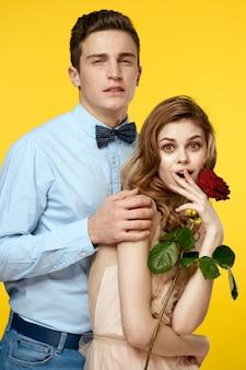 Beau couple avec une rose souriante