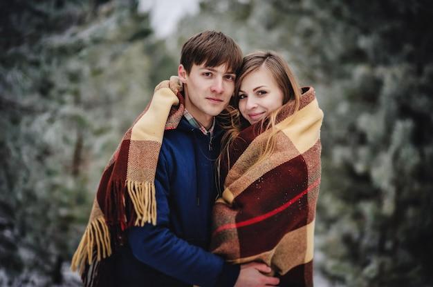 Beau couple s'amusant en hiver
