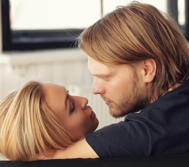 Beau couple s'embrassant