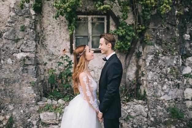 Un beau couple se promène dans une ville féerique autrichienne, hallstatt.