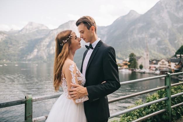 Un beau couple se promène près d'un lac dans une ville autrichienne de fées, hallstatt.