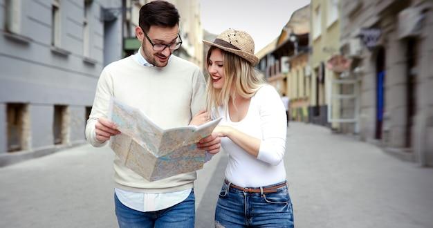 Beau couple de touristes amoureux des voyages et du tourisme