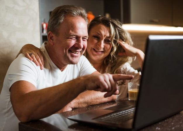 Beau, couples aînés, rire, à, ordinateur portable