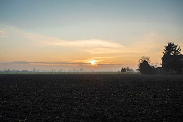 Beau crépuscule dans la campagne en hiver dans le nord-est de l'italie