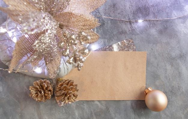 Beau décor du nouvel an dans des tons d'argent et d'or, carte vierge de pommes de pin à fleurs inhabituelles, moderne et élégant