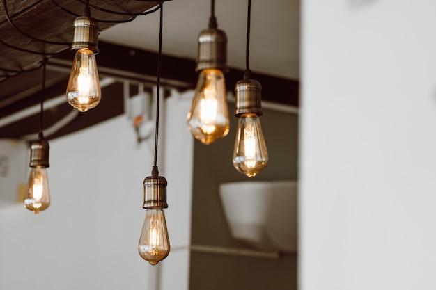 Beau décor lumineux vintage. lampe de style loft. l'éclairage dans la conception. style rétro