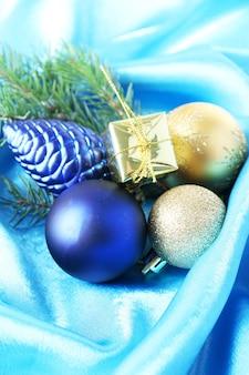 Beau décor de noël sur tissu de satin bleu