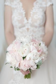 Beau et délicat bouquet de mariée de roses pivoine
