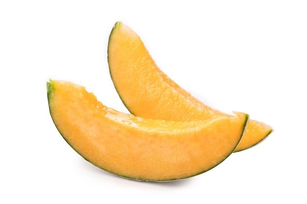 Beau délicieux melon cantaloup juteux tranché, melon, melon de roche isolé sur fond blanc, gros plan, un tracé de détourage, découper.