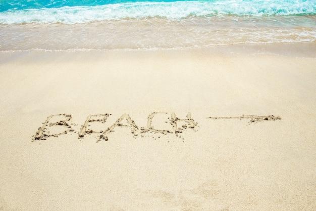 Beau dessin sur le sable près du bord de mer