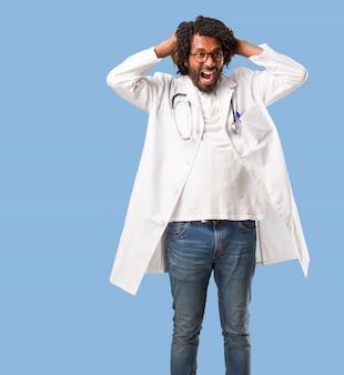 Beau docteur afro-américain fou et désespéré, criant hors de contrôle