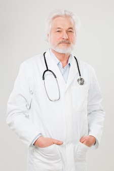Beau docteur âgé en uniforme
