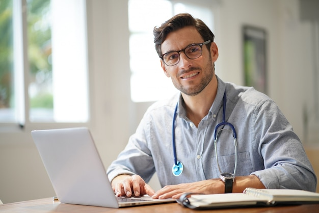 Beau docteur au bureau