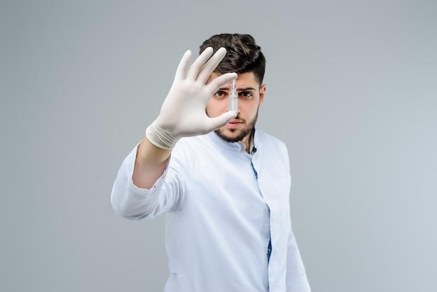 Beau docteur en gants tenant une ampoule