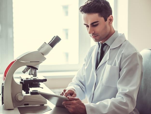 Beau docteur en laboratoire