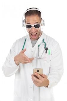 Beau docteur avec lunettes de soleil, écoute de la musique avec des écouteurs