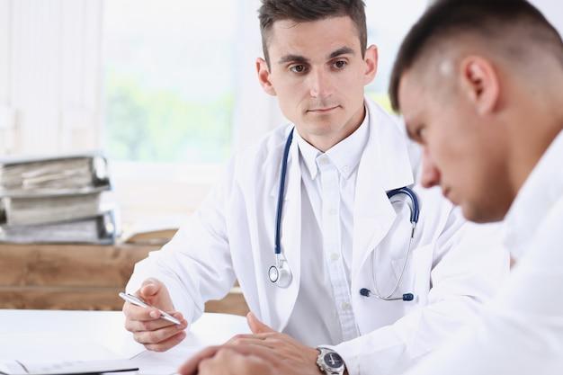 Beau docteur en médecine masculine avec