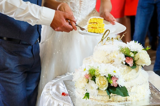 Beau et doux gâteau de mariage pour les jeunes mariés