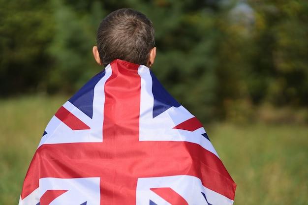 Beau drapeau de la grande-bretagne sur les épaules