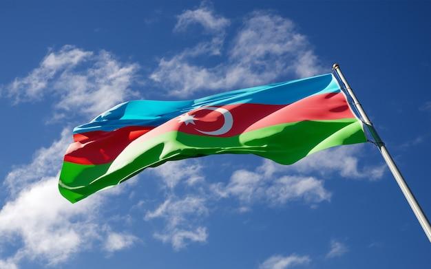 Beau drapeau national de l'azerbaïdjan flottant au ciel