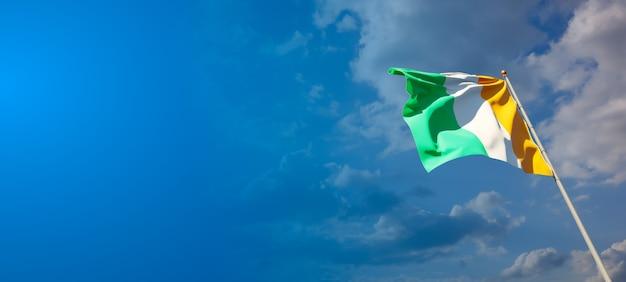 Beau drapeau national de la côte d'ivoire avec un espace vide sur fond large