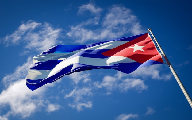 Beau drapeau national de cuba flottant sur le ciel bleu