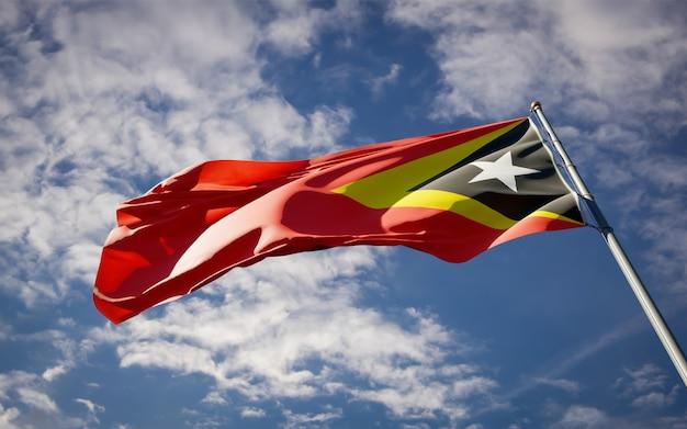 Beau drapeau national du timor oriental flottant