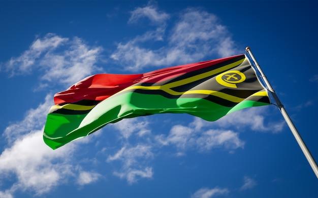 Beau drapeau national du vanuatu flottant sur le ciel bleu