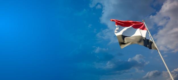 Beau drapeau national du yémen sur ciel bleu