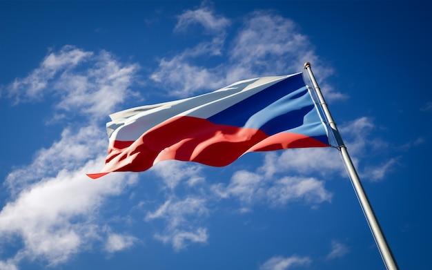 Beau drapeau national de l'état tchèque flottant sur le ciel bleu