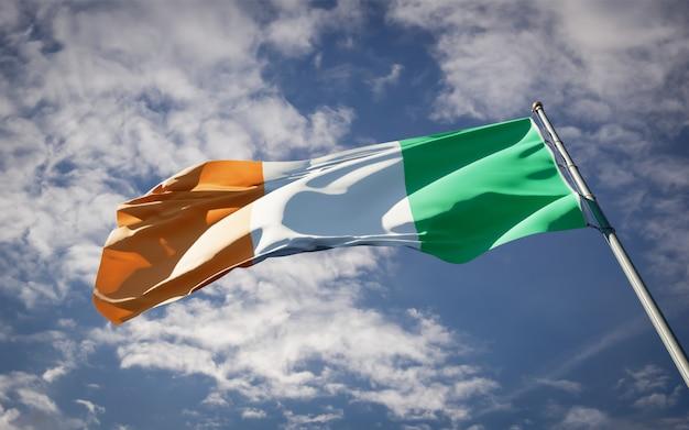 Beau drapeau national de l'irlande flottant