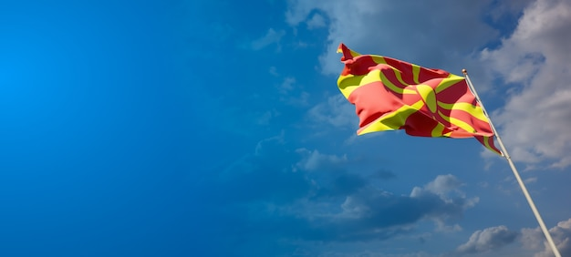 Beau drapeau national de la macédoine sur ciel bleu