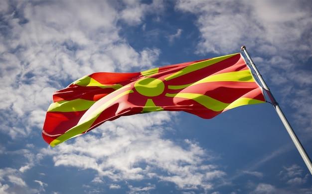 Beau drapeau national de la macédoine flottant sur le ciel bleu