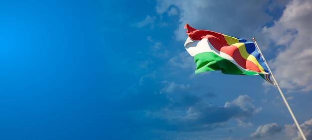 Beau drapeau national des seychelles sur ciel bleu