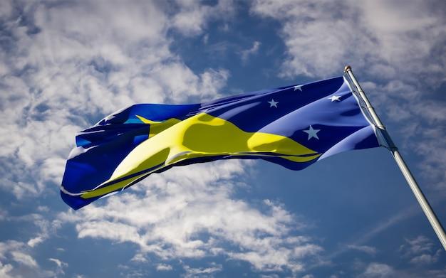 Beau drapeau national de tokelau flottant sur le ciel bleu