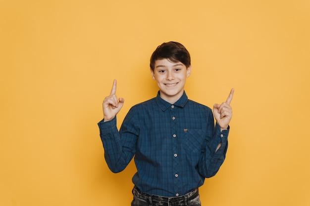 Beau écolier brune vêtue d'une chemise décontractée et d'un jean