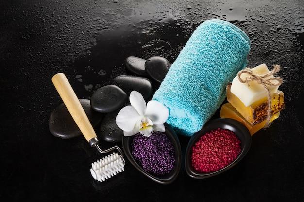 Beau ensemble de spa avec produits spa, serviettes et pierres chaudes. horiz