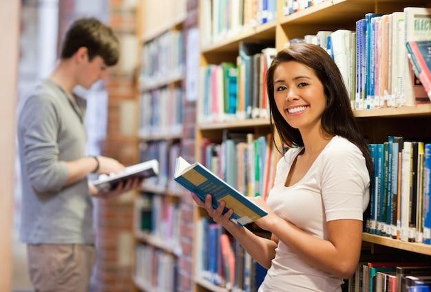 Beau étudiant tenant un livre