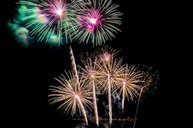 Beau feu d'artifice coloré la nuit pour célébrer