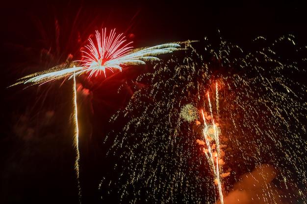 Beau feu d'artifice coloré en soirée avec une longue exposition majestueuse