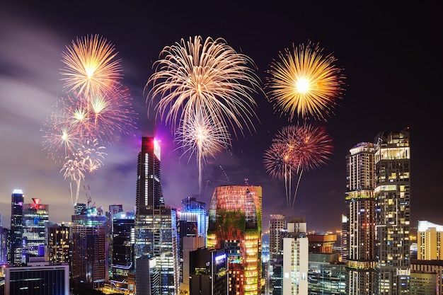 Beau feu d'artifice sur le paysage urbain de singapour