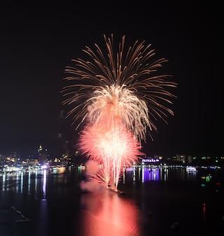 Beau feu d'artifice à la plage de pattaya, thaïlande