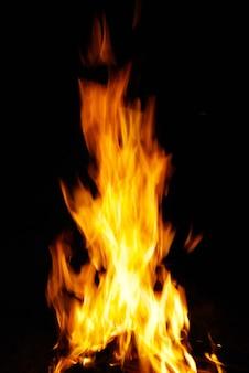 Un beau feu dans une cheminée