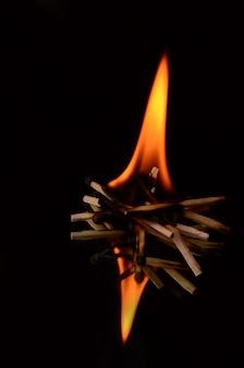 Beau feu gros plan isolé sur fond noir