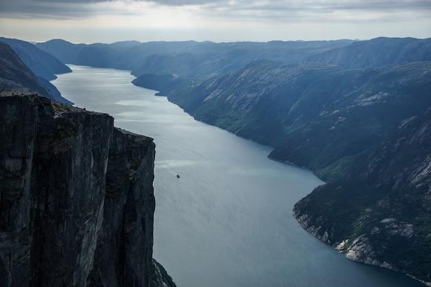 Beau fjord en norvège. vue depuis le sommet.