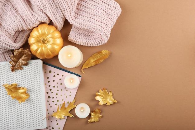 Beau Fond D'automne élégant Avec Vue De Dessus De Feuilles D'or Photo Premium