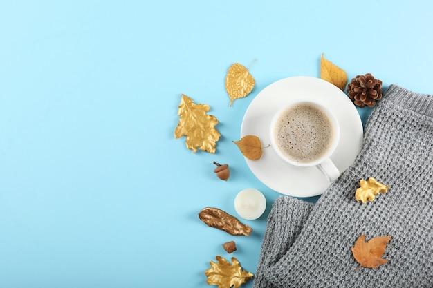 Beau fond d'automne élégant avec vue de dessus de feuilles d'or